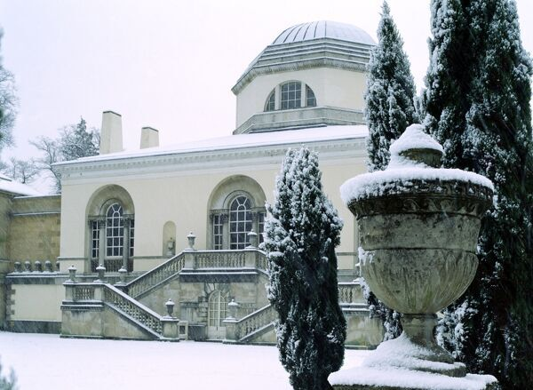 Chiswick House in the snow K030095. © Historic England