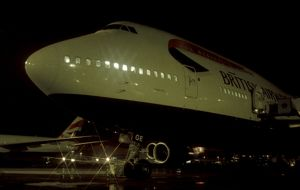 Boeing 747-400 at night
